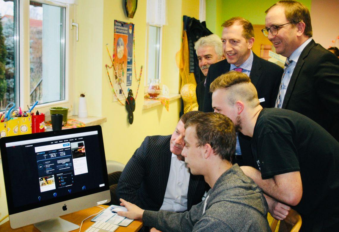 Friedrich Hülsenbeck (Glascom Salzlandkreis GmbH) testet mit Jugendlichen des Förderstedter Jugendclubs den neuen Highspeed-Anschluss